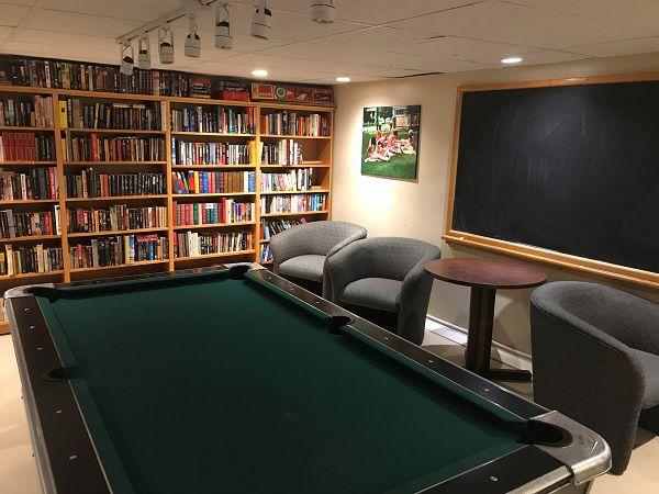 Bibliotheek-en-biljard-Bare-Oaks