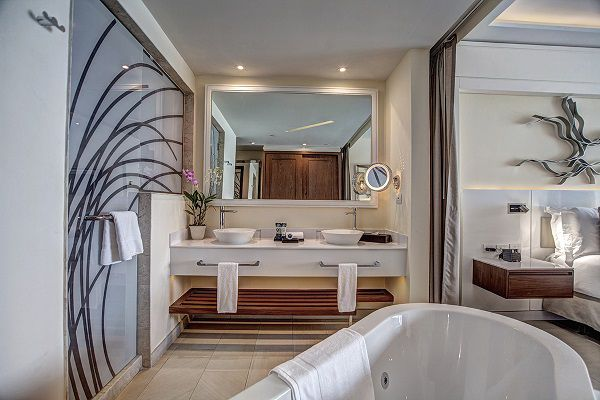 GL-Sunset-Swim-Out-Suite-Bathroom