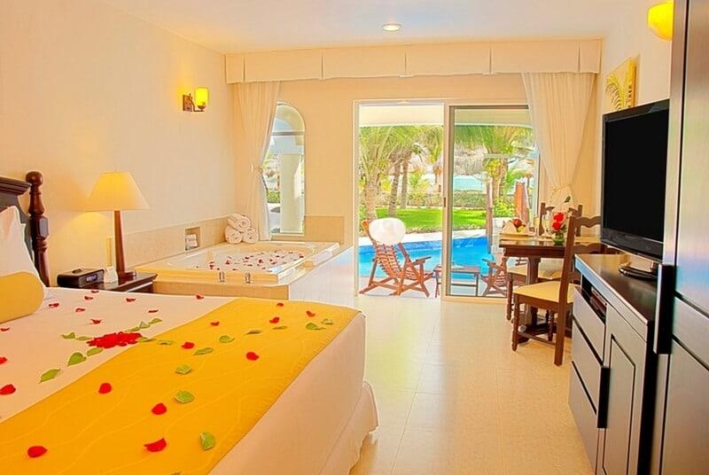 Hidden-Beach-Oceanfront-Swim-up-Jacuzzi-Jr-Suite