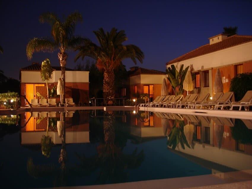 Magnolias-Zwembad-bij-nacht